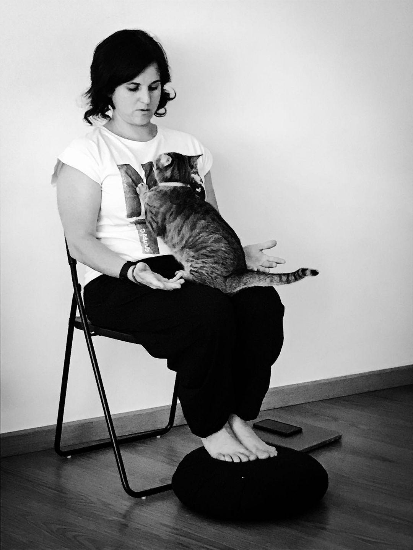 Leonor Cabrera habla con Maia, la gata que vive en Viventi. Foto cortesía de Isabel Barranco.
